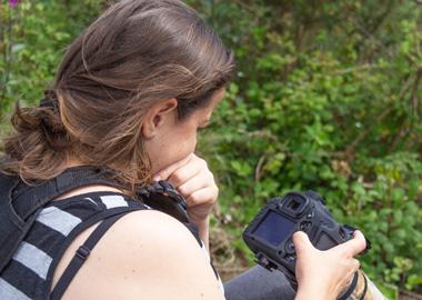 Cristina-abilleira-revisando-fotografía